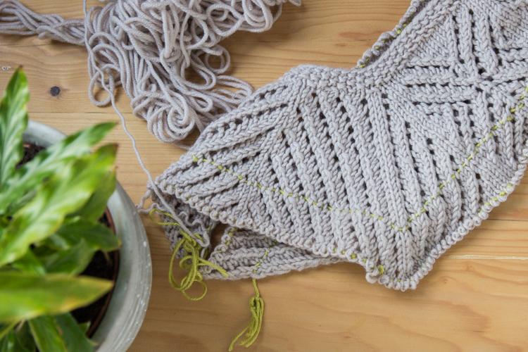 Snowflake Sweater: Close Up of the Lace Yoke   naehzimmerblog.de